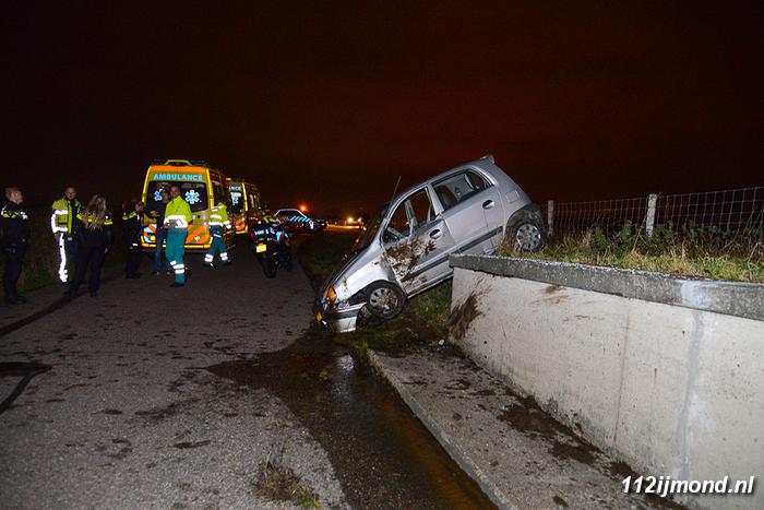 Auto Garage Beverwijk : Ijmond auto raakt in de slip en belandt op tunnelbak in